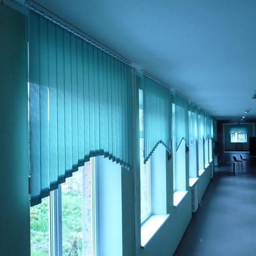 Жалюзи, расположенные в верхней части окна.